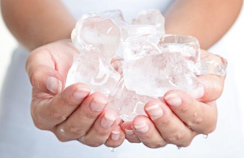 روش استفاده از یخ برای جوش صورت